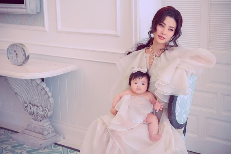 Bé cưng Winnie nhà Đông Nhi siêu đáng yêu khi lần đầu cùng mẹ chụp ảnh thời trang ảnh 9