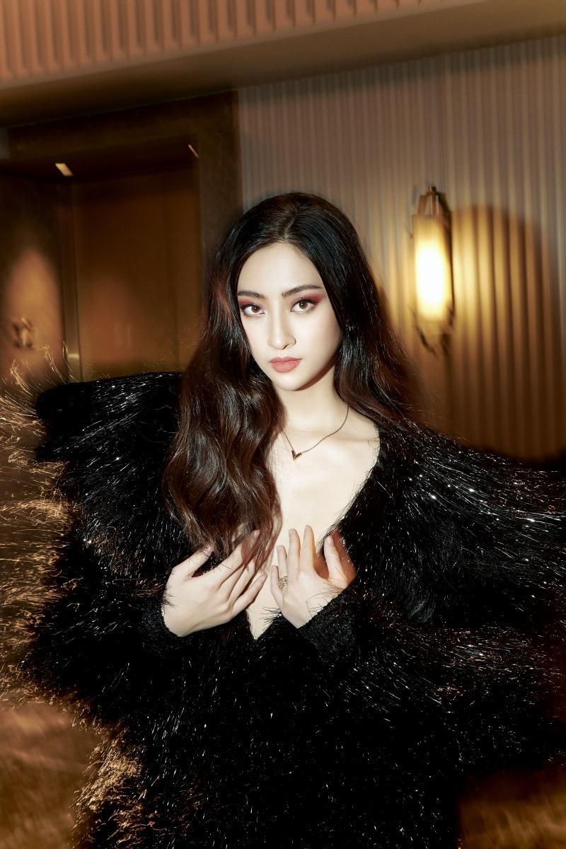 """Hoa hậu Lương Thùy Linh mặc đồ CONG TRI, khoe nhan sắc """"không có đối thủ"""" trong bộ ảnh mới ảnh 2"""