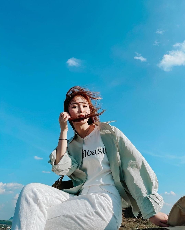 """Lan Ngọc và sao Việt lăng xê trào lưu """"sống ảo"""" mới: Khoe street style dưới nền trời xanh ảnh 3"""