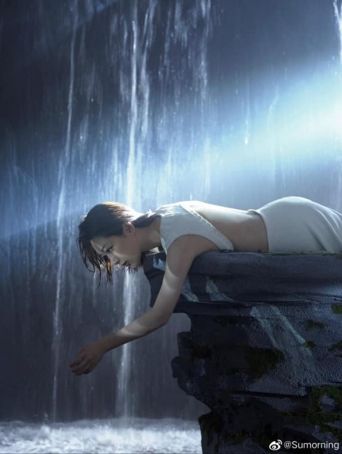 Dương Tử đẹp mong manh tựa sương khói trên bìa MiniBAZAAR, khoe visual thăng hạng vượt bậc ảnh 4