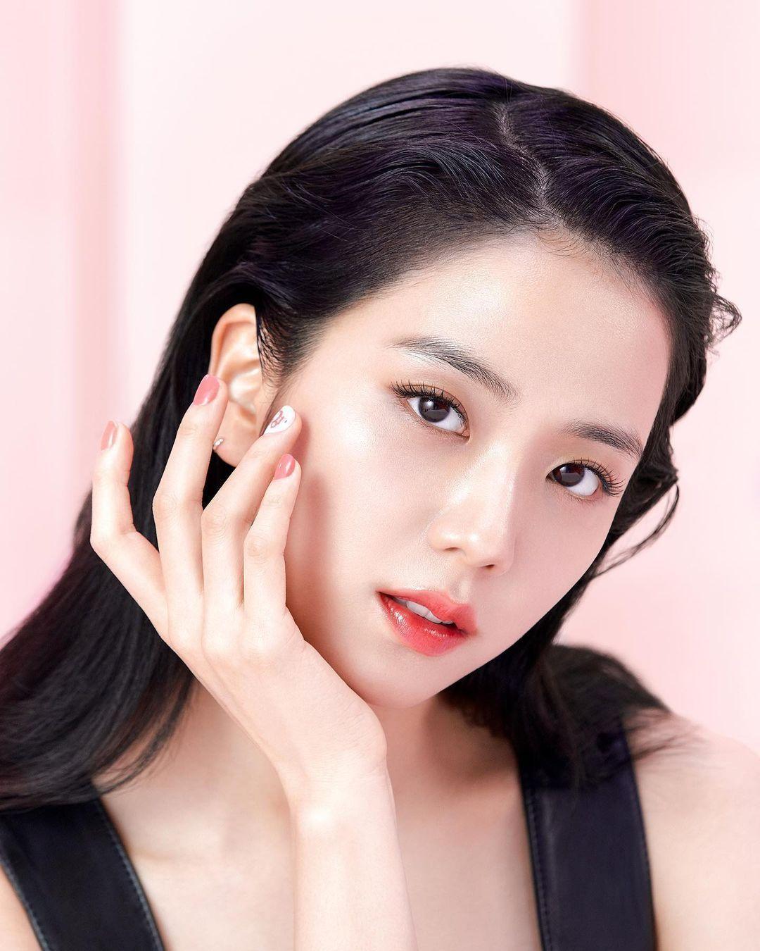 Jisoo BLACKPINK xuất hiện trở lại quảng bá cho Dior, soi kỹ thỏi son mới thấy điều bất ngờ ảnh 1