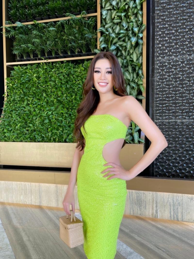 Ngày thứ 2 tại Mỹ, Hoa hậu Khánh Vân diện thiết kế nổi bật, khoe khả năng make-up cực đỉnh ảnh 3
