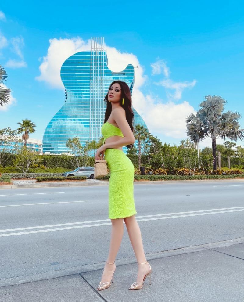 Ngày thứ 2 tại Mỹ, Hoa hậu Khánh Vân diện thiết kế nổi bật, khoe khả năng make-up cực đỉnh ảnh 4