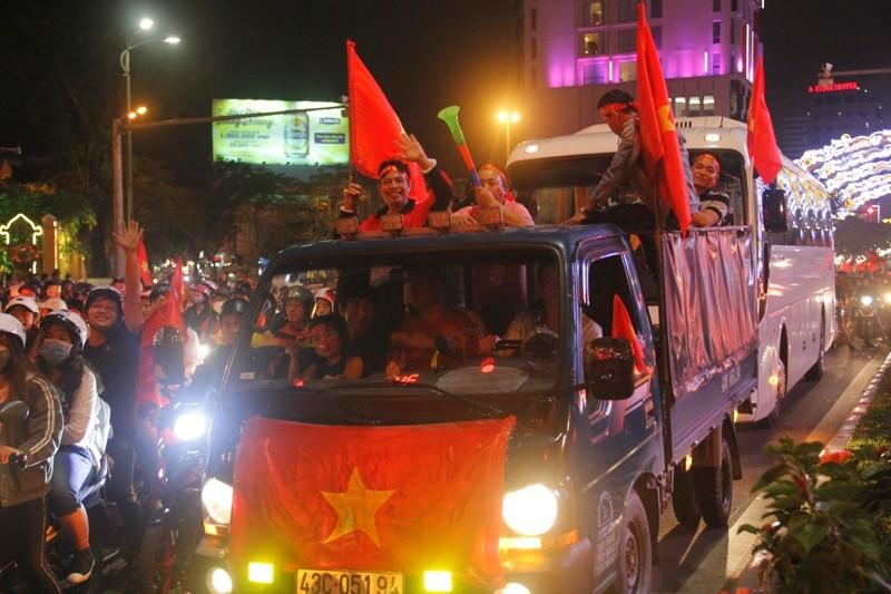 1001 kiểu diễn phố ăn mừng U23 Việt Nam của cổ động viên Đà thành ảnh 8