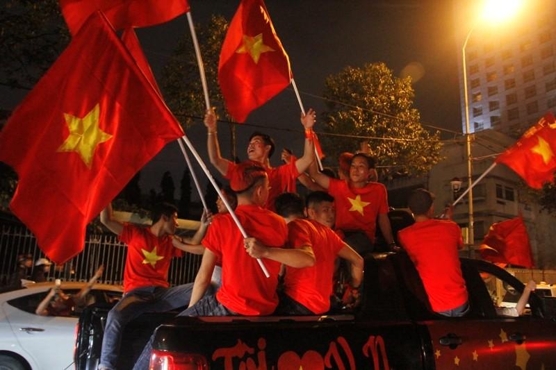 1001 kiểu diễn phố ăn mừng U23 Việt Nam của cổ động viên Đà thành ảnh 5