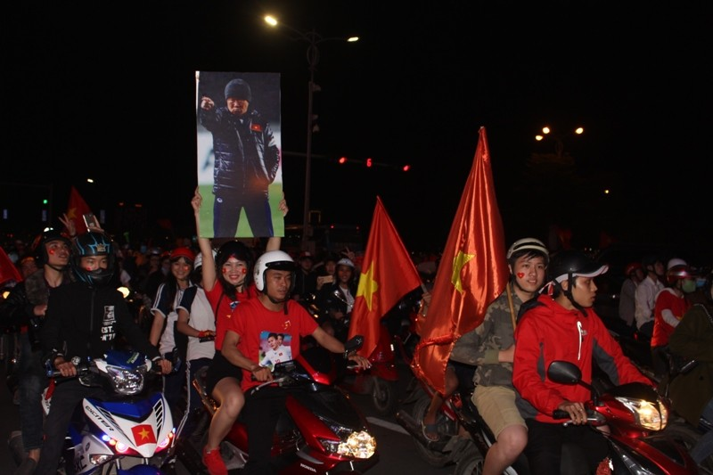 1001 kiểu diễn phố ăn mừng U23 Việt Nam của cổ động viên Đà thành ảnh 1