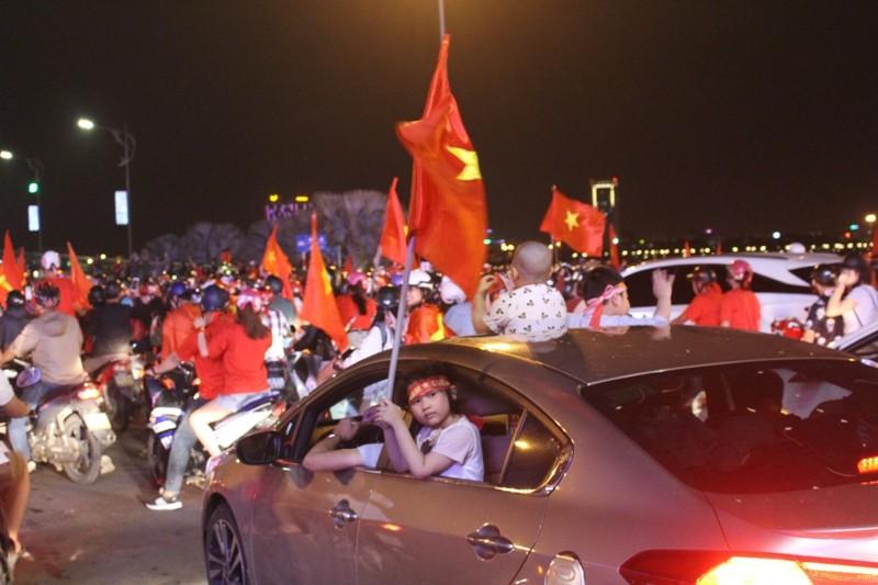 1001 kiểu diễn phố ăn mừng U23 Việt Nam của cổ động viên Đà thành ảnh 2