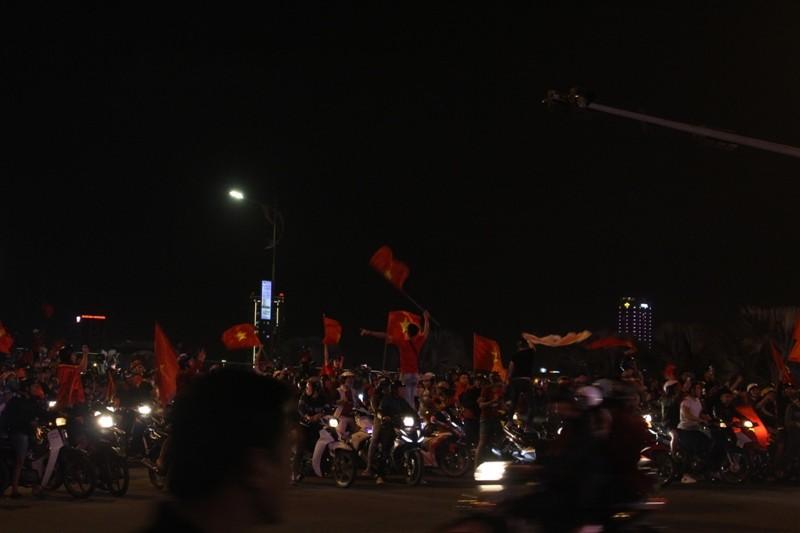 1001 kiểu diễn phố ăn mừng U23 Việt Nam của cổ động viên Đà thành ảnh 12