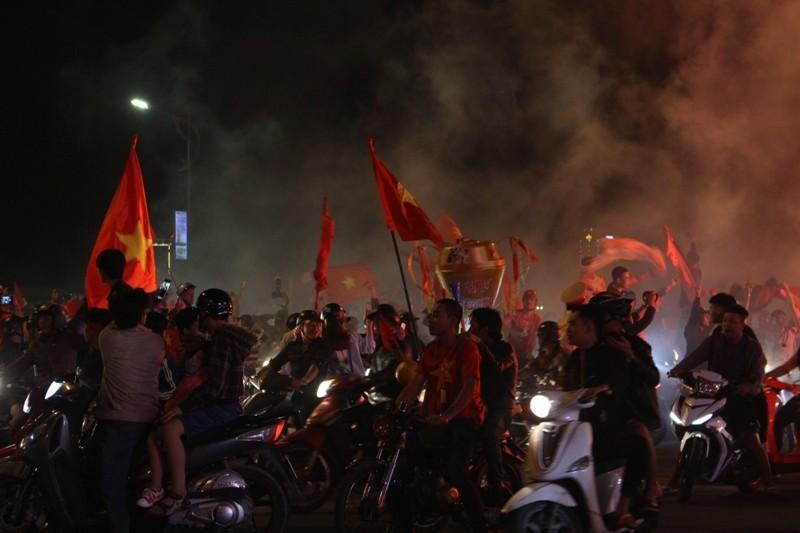 1001 kiểu diễn phố ăn mừng U23 Việt Nam của cổ động viên Đà thành ảnh 7