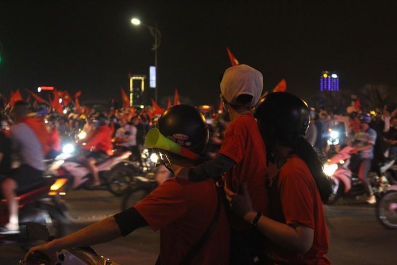 1001 kiểu diễn phố ăn mừng U23 Việt Nam của cổ động viên Đà thành ảnh 11