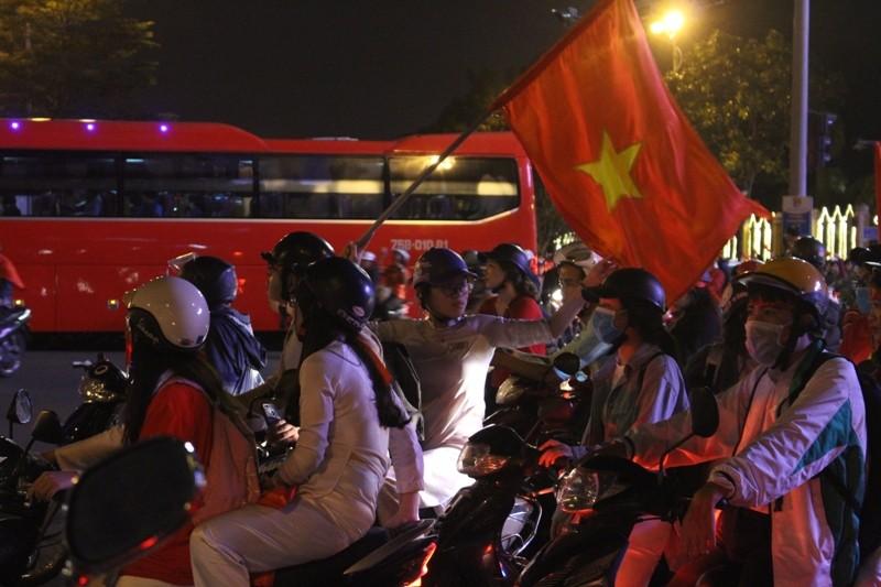 1001 kiểu diễn phố ăn mừng U23 Việt Nam của cổ động viên Đà thành ảnh 10