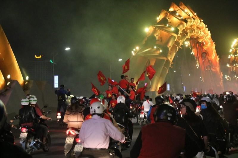 1001 kiểu diễn phố ăn mừng U23 Việt Nam của cổ động viên Đà thành ảnh 4