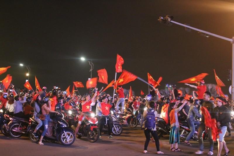 1001 kiểu diễn phố ăn mừng U23 Việt Nam của cổ động viên Đà thành ảnh 13