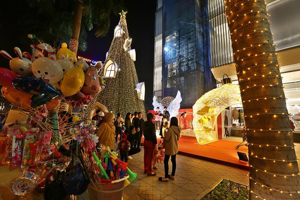 Khắp phố phường Hà Nội đã rạo rực trước mùa Noel ảnh 14