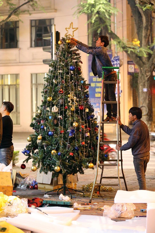 Khắp phố phường Hà Nội đã rạo rực trước mùa Noel ảnh 15