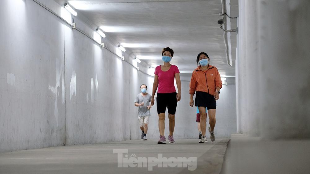 Hà Nội: Trốn lực lượng chức năng, người dân chui xuống hầm đi bộ tập thể dục - Ảnh 2.
