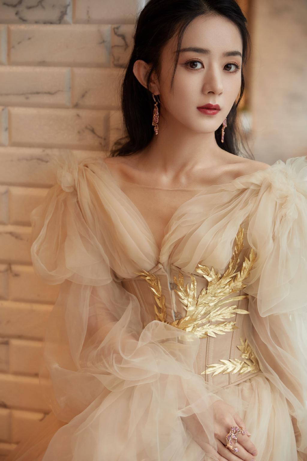 """Lai lịch khó ngờ của bộ váy lộng lẫy giúp Triệu Lệ Dĩnh thành """"Nữ hoàng đêm hội Bazaar"""" ảnh 4"""