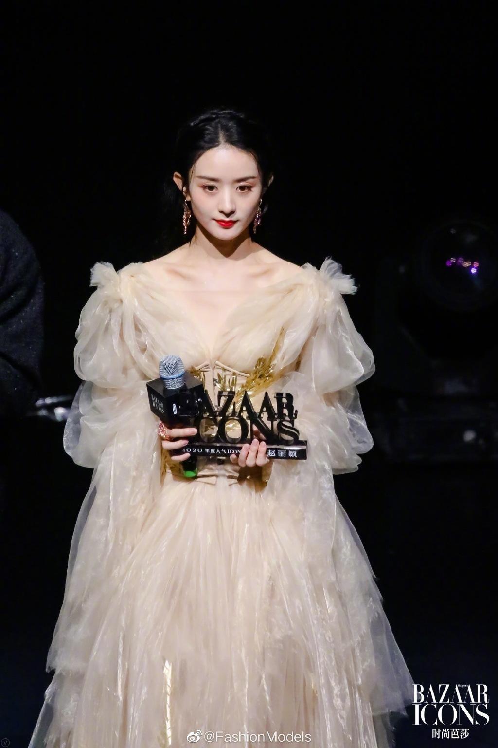 """Lai lịch khó ngờ của bộ váy lộng lẫy giúp Triệu Lệ Dĩnh thành """"Nữ hoàng đêm hội Bazaar"""" ảnh 6"""