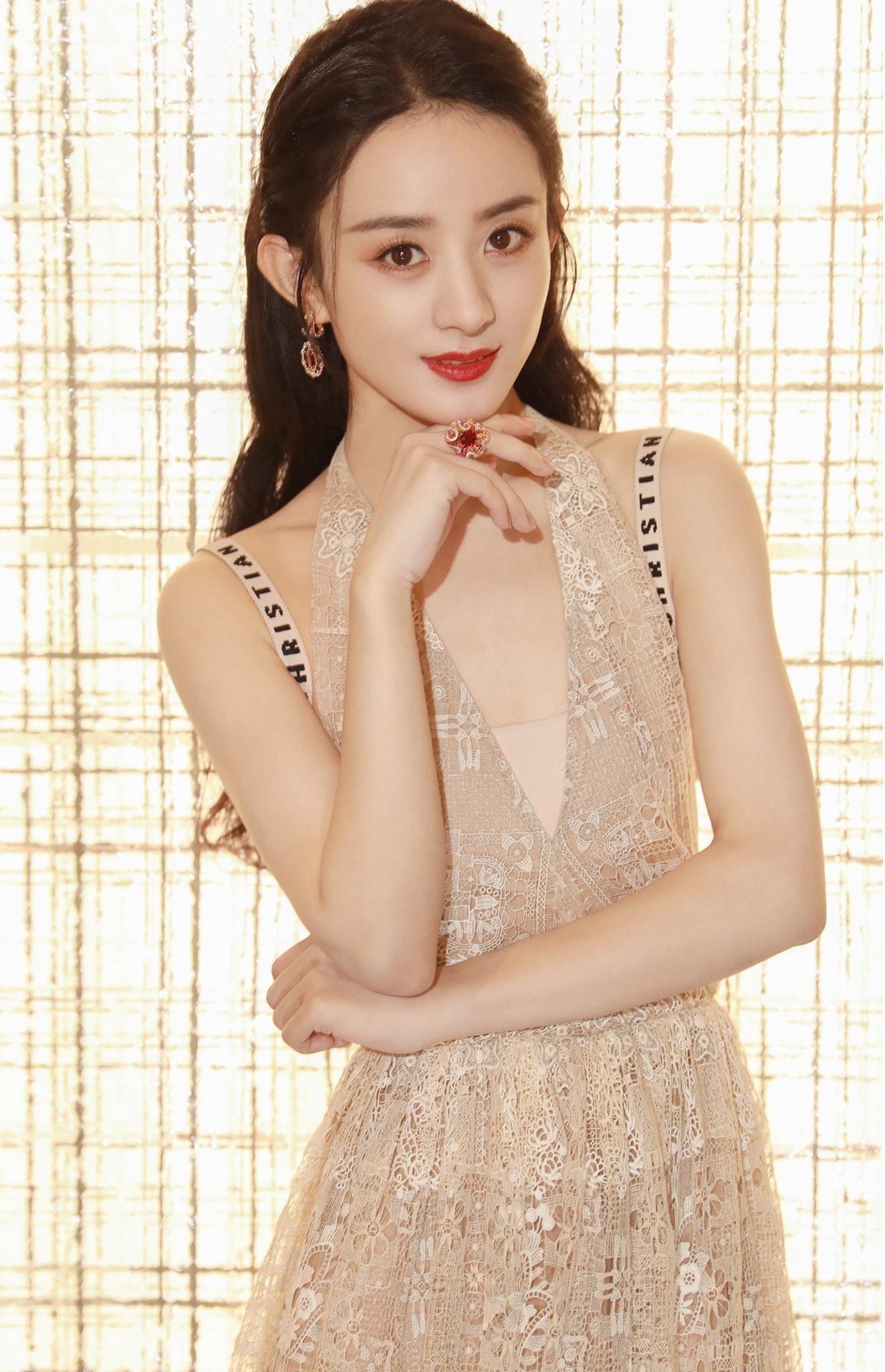 """Lai lịch khó ngờ của bộ váy lộng lẫy giúp Triệu Lệ Dĩnh thành """"Nữ hoàng đêm hội Bazaar"""" ảnh 1"""