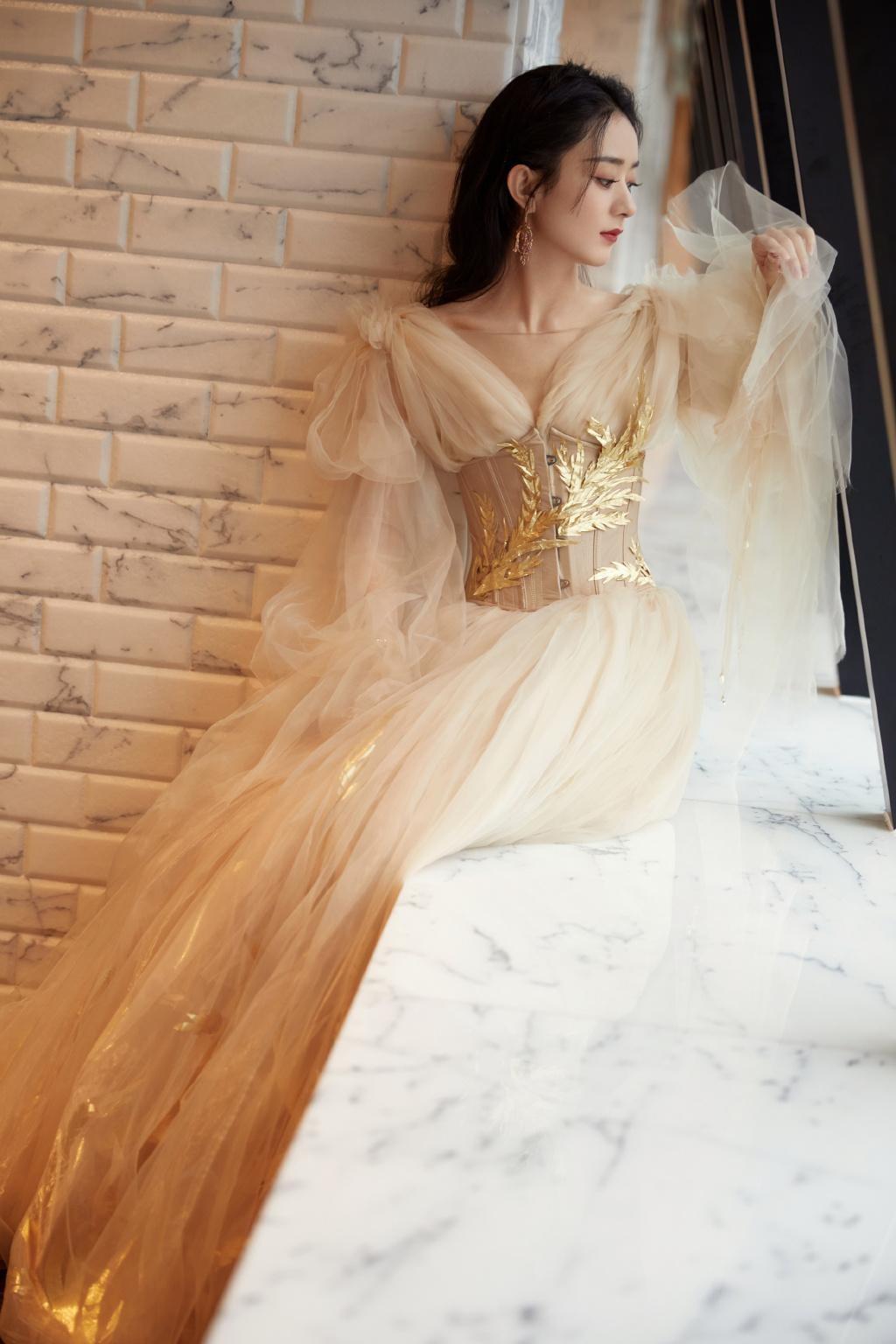 """Lai lịch khó ngờ của bộ váy lộng lẫy giúp Triệu Lệ Dĩnh thành """"Nữ hoàng đêm hội Bazaar"""" ảnh 5"""