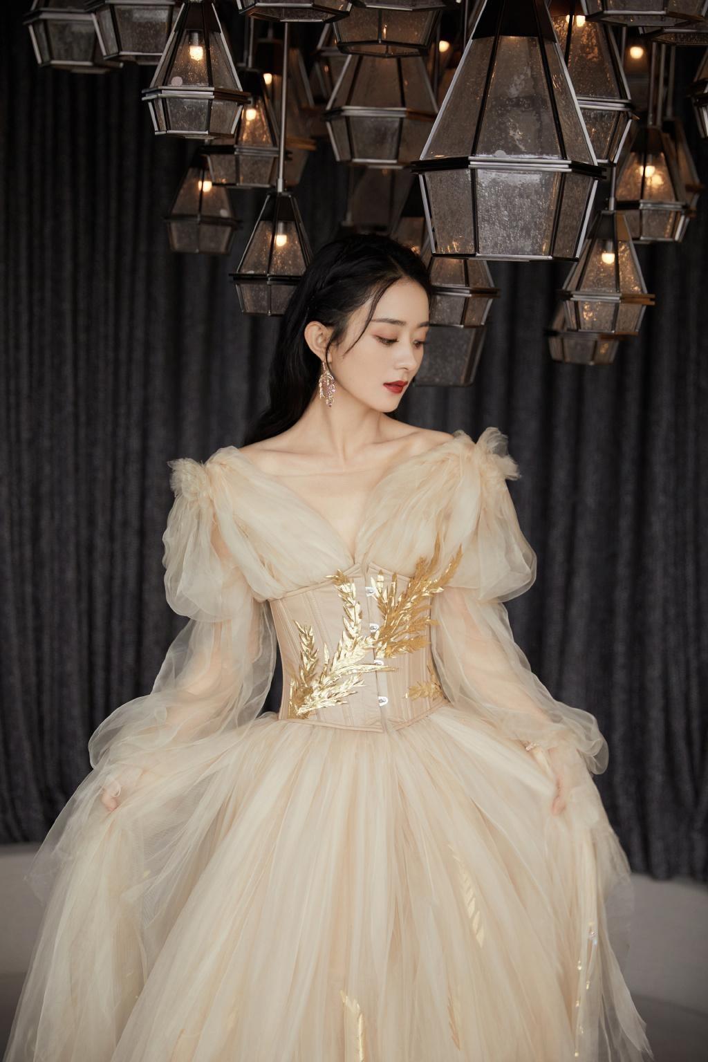 """Lai lịch khó ngờ của bộ váy lộng lẫy giúp Triệu Lệ Dĩnh thành """"Nữ hoàng đêm hội Bazaar"""" ảnh 10"""