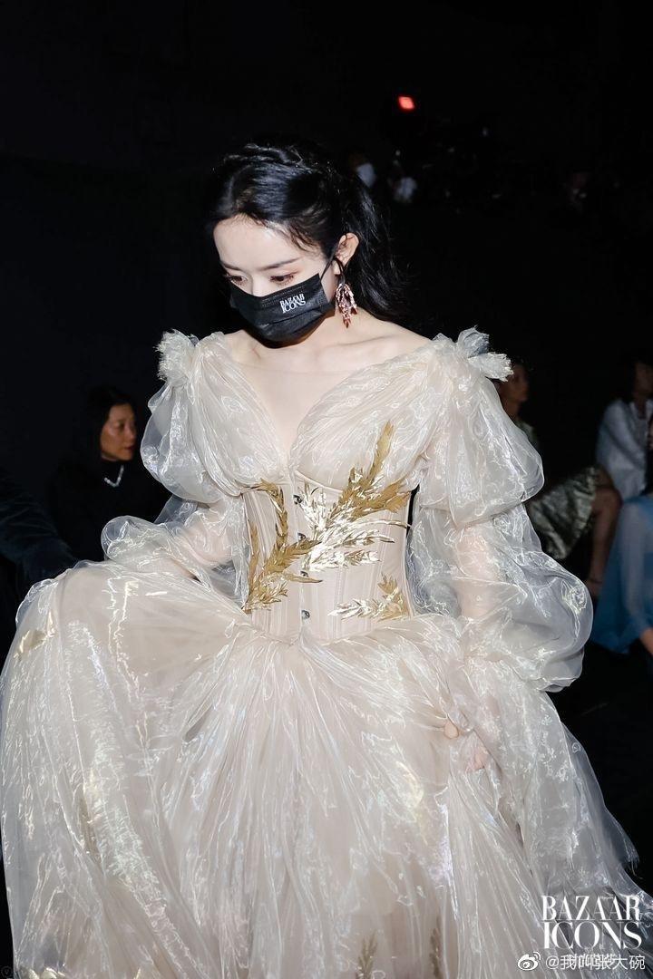 """Lai lịch khó ngờ của bộ váy lộng lẫy giúp Triệu Lệ Dĩnh thành """"Nữ hoàng đêm hội Bazaar"""" ảnh 7"""