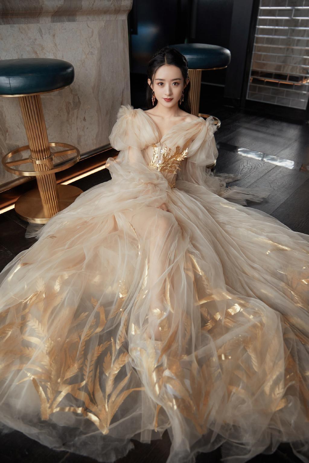 """Lai lịch khó ngờ của bộ váy lộng lẫy giúp Triệu Lệ Dĩnh thành """"Nữ hoàng đêm hội Bazaar"""" ảnh 3"""