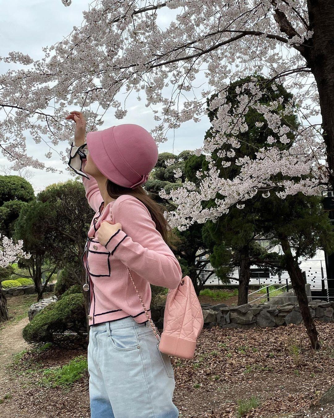 Dàn mỹ nhân K-Pop ngắm hoa anh đào: Jennie (BLACKPINK) nổi nhất nhờ trang phục thời thượng ảnh 8