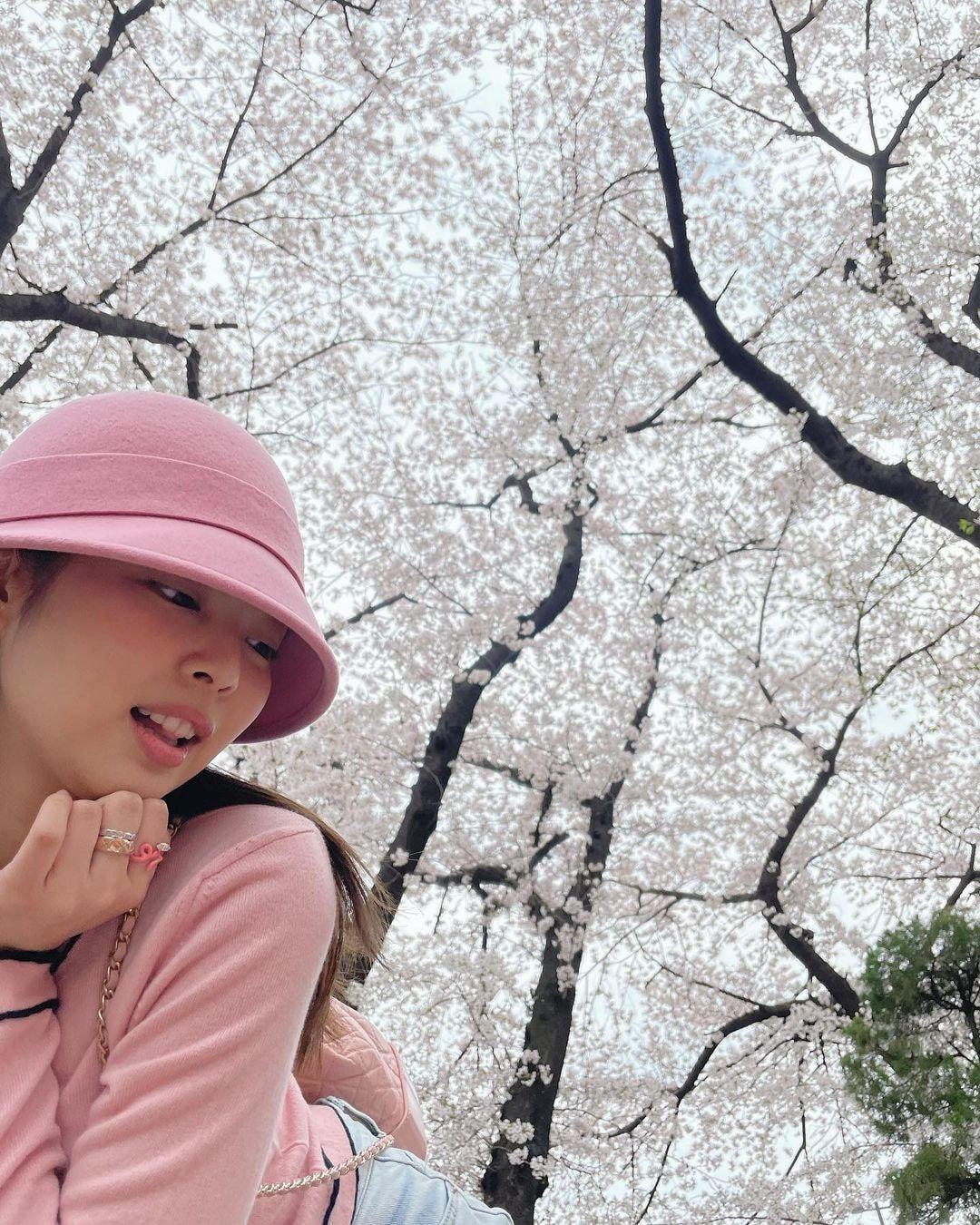Dàn mỹ nhân K-Pop ngắm hoa anh đào: Jennie (BLACKPINK) nổi nhất nhờ trang phục thời thượng ảnh 6