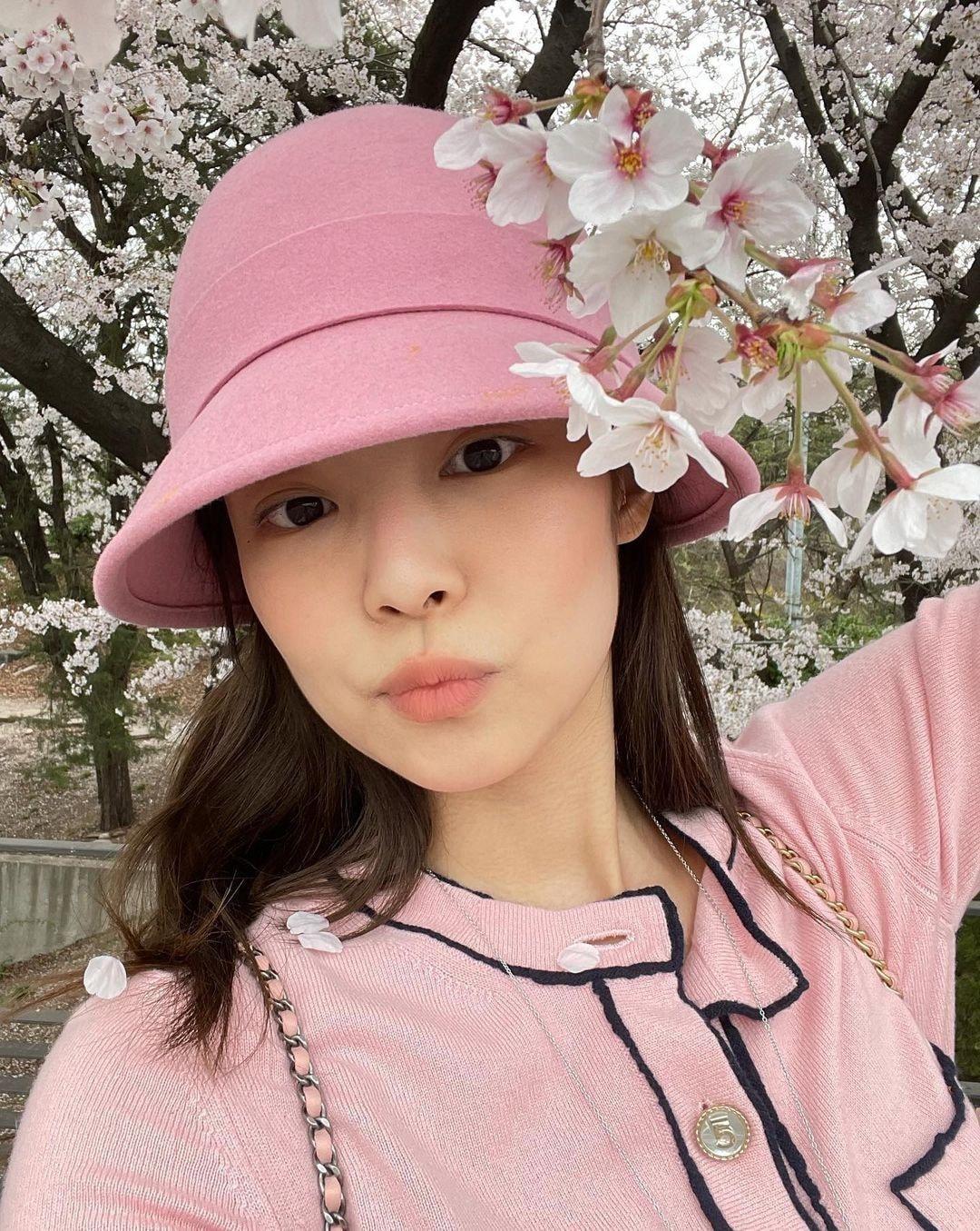 Dàn mỹ nhân K-Pop ngắm hoa anh đào: Jennie (BLACKPINK) nổi nhất nhờ trang phục thời thượng ảnh 7