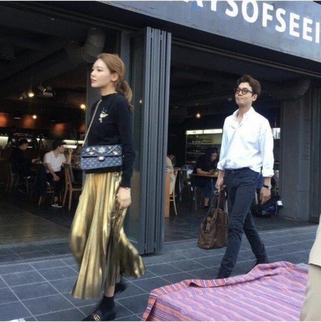 """""""Ngụy trang"""" kiểu sao Hàn: Ăn mặc đơn giản, thoải mái đến mức xuề xòa khi đi hẹn hò ảnh 8"""