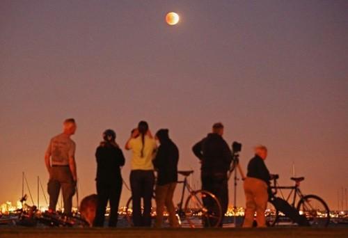 Độc đáo cảnh 'trăng máu' ở khắp thế giới ảnh 1