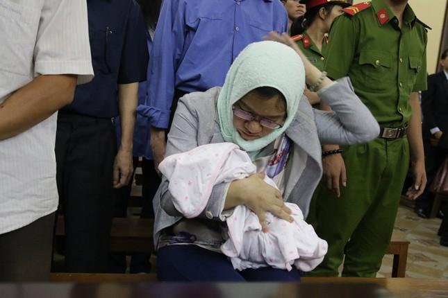 'Đại án' TrustBank: Bị cáo mang con đến toà được giảm nhẹ hình phạt ảnh 1
