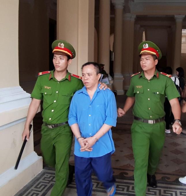 Vợ bị cáo bị đánh ngất xỉu ngay tại tòa ảnh 1