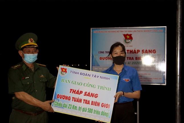 Thanh niên Tây Ninh thắp sáng 23 km đường tuần tra biên giới ảnh 4