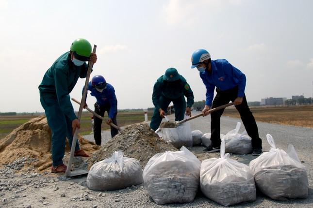 Thanh niên Tây Ninh thắp sáng 23 km đường tuần tra biên giới ảnh 1