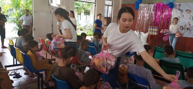 'Người đẹp nhân ái': Thí sinh HHVN 2020 mang 'cơm hạnh phúc' cho trẻ em, người già ảnh 8