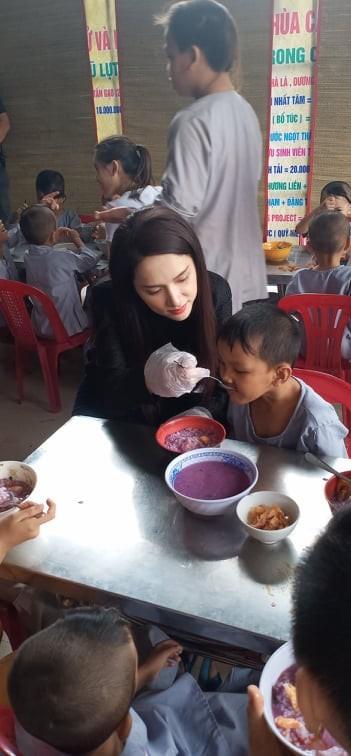 'Người đẹp nhân ái': Thí sinh HHVN 2020 mang 'cơm hạnh phúc' cho trẻ em, người già ảnh 6