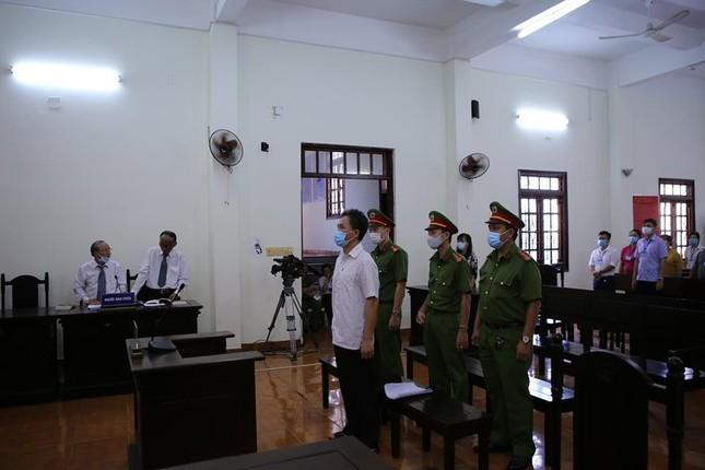 Cựu công chức Văn phòng UBND TPHCM viết bài xúc phạm lãnh đạo bị phạt 54 tháng tù ảnh 1