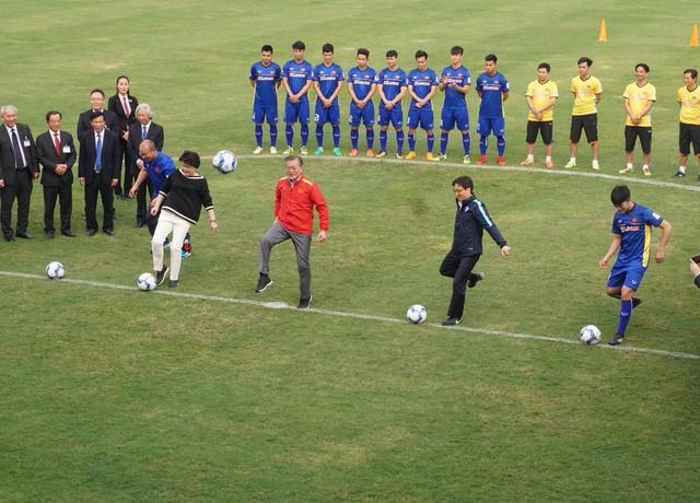 Tổng thống Hàn Quốc sút bóng giao lưu cùng U23 Việt Nam ảnh 10