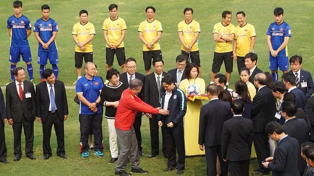 Tổng thống Hàn Quốc sút bóng giao lưu cùng U23 Việt Nam ảnh 7