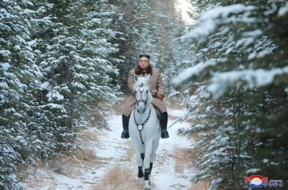 Ông Kim Jong Un lại cưỡi ngựa trắng lên đỉnh núi thiêng, Triều Tiên sắp có biến? ảnh 1