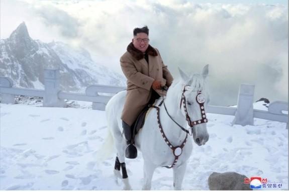 Ông Kim Jong Un lại cưỡi ngựa trắng lên đỉnh núi thiêng, Triều Tiên sắp có biến? ảnh 2