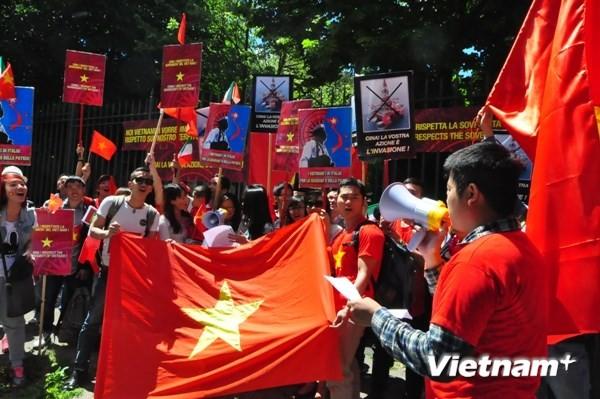 Cộng đồng người Việt tại Italy biểu tình trước sứ quán Trung Quốc ảnh 1