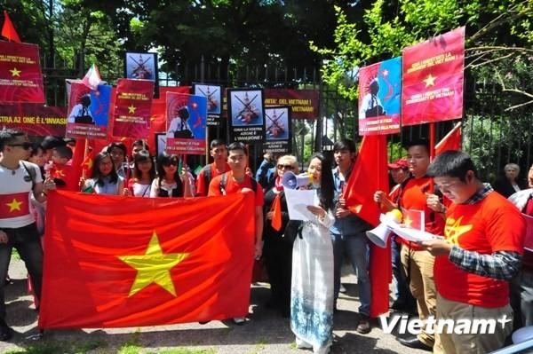 Cộng đồng người Việt tại Italy biểu tình trước sứ quán Trung Quốc ảnh 2