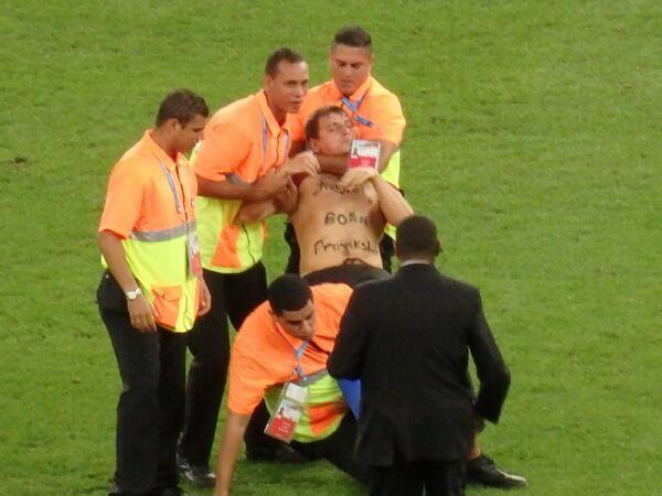 CĐV lao vào sân 'cưỡng hôn' tuyển thủ Đức giữa trận chung kết ảnh 1