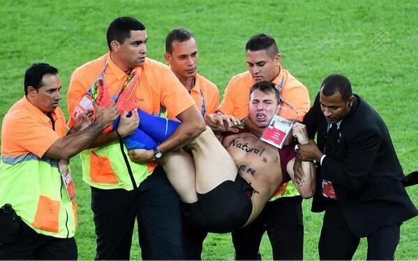 CĐV lao vào sân 'cưỡng hôn' tuyển thủ Đức giữa trận chung kết ảnh 2
