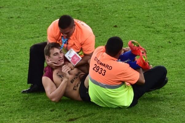 CĐV lao vào sân 'cưỡng hôn' tuyển thủ Đức giữa trận chung kết ảnh 3