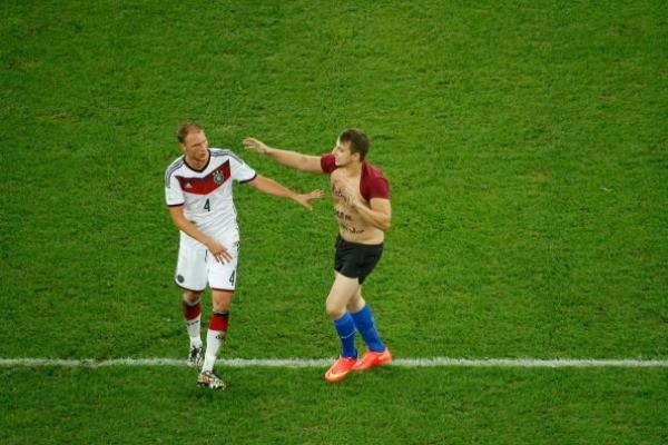 CĐV lao vào sân 'cưỡng hôn' tuyển thủ Đức giữa trận chung kết ảnh 5