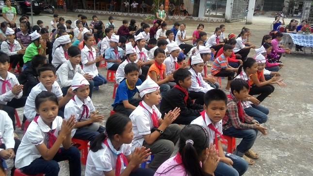 Tặng sách vở và chăn ấm cho học sinh biên giới Hà Giang ảnh 8